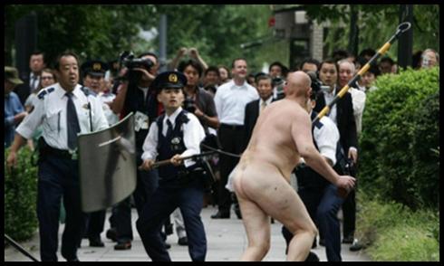 naked-man-imperal-palace-japan-03